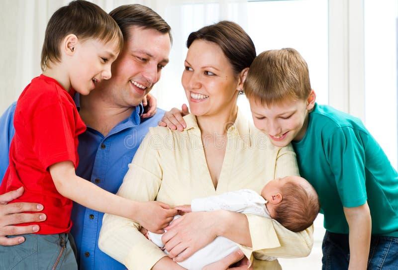 Gelukkige ouders van kinderen samen royalty-vrije stock foto's