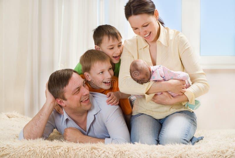 Gelukkige ouders van kinderen samen stock foto
