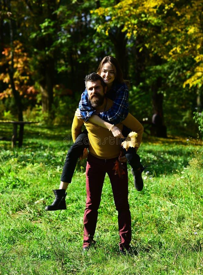 Gelukkige ouple in de herfstpark De jonge familie heeft in openlucht pret royalty-vrije stock afbeelding