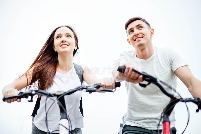 Gelukkige paar berijdende fiets in openlucht, gezondheidslevensstijl, pret, liefde, Romaans concept royalty-vrije stock afbeeldingen