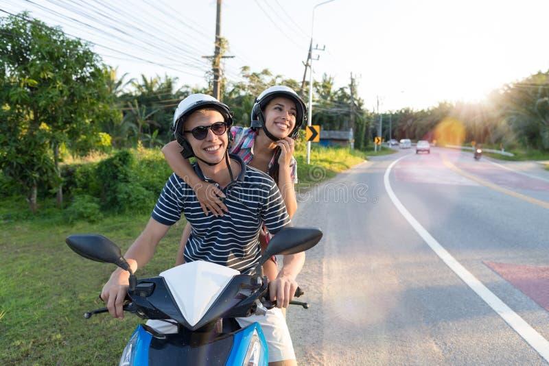 Gelukkige Paar Berijdende Motorfiets in Platteland Opgewekte Vrouw en Man Reis op de Reis van de Motorweg royalty-vrije stock foto
