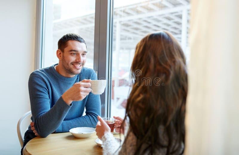 Gelukkige paar het drinken thee en koffie bij koffie royalty-vrije stock foto