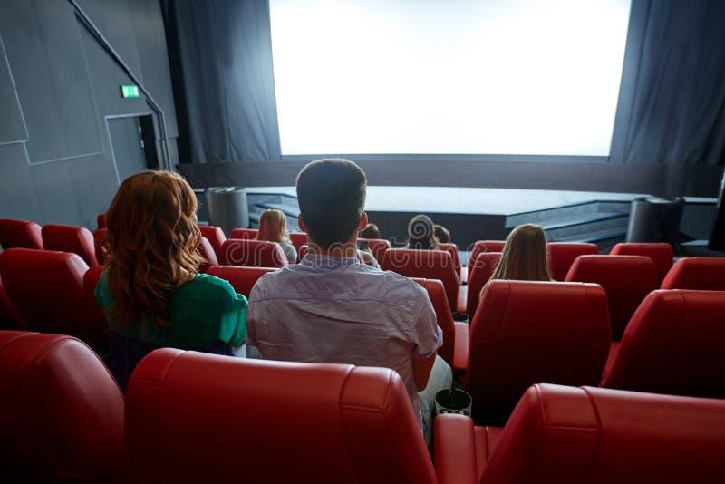 Gelukkige paar het letten op film in theater of bioskoop royalty-vrije stock afbeeldingen