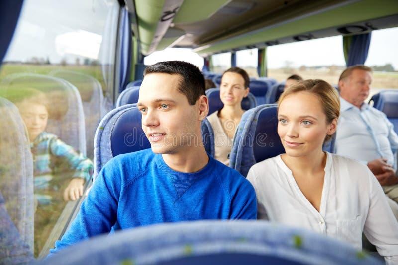 Gelukkige paar of passagiers in reisbus stock afbeeldingen
