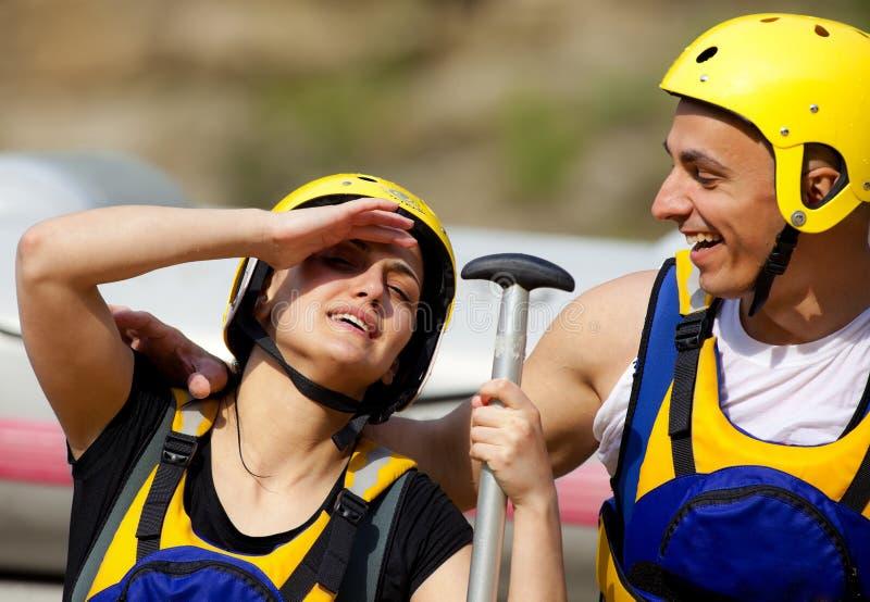 Gelukkige paar rafting apparatuur stock foto