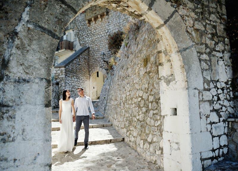 Gelukkige paarbruid en bruidegom in wittebroodsweken in Sperlonga, Italië royalty-vrije stock afbeelding