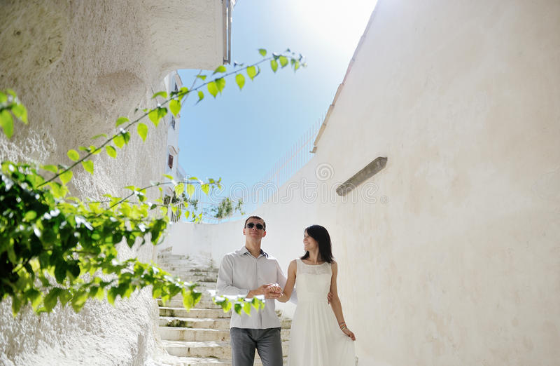 Gelukkige paarbruid en bruidegom in wittebroodsweken in Sperlonga, Italië royalty-vrije stock foto's