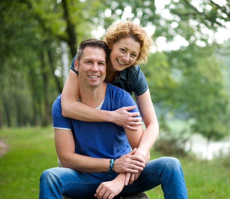 Gelukkige paarholding elkaar in openlucht royalty-vrije stock afbeeldingen