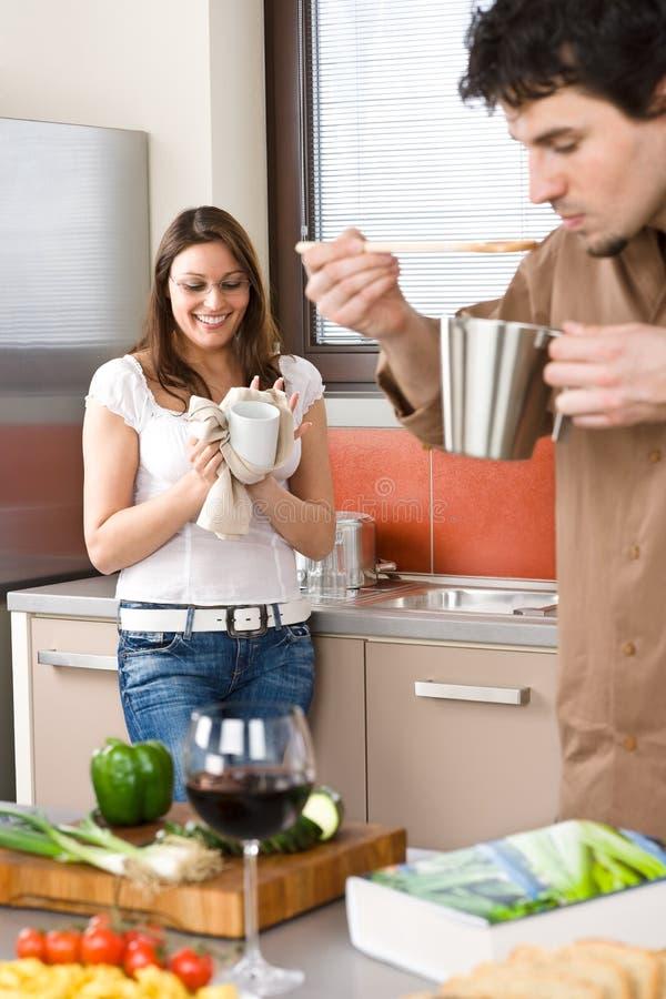 Gelukkige paarkok samen in moderne keuken royalty-vrije stock foto's