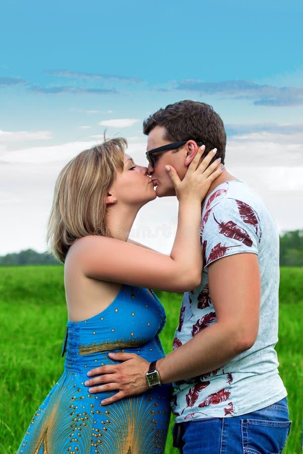 Gelukkige paarmens en zwanger meisje stock foto's