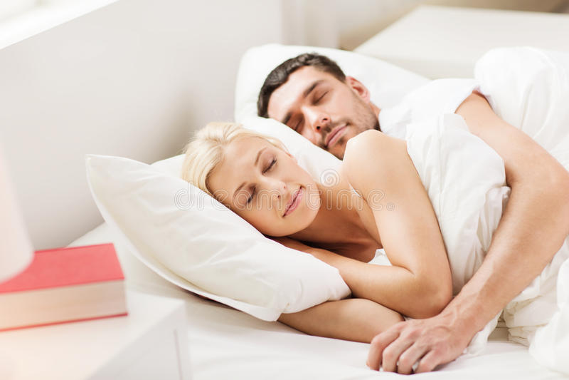 Gelukkige paarslaap in bed thuis royalty-vrije stock afbeelding