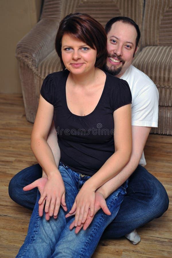 Download Gelukkige Paarzitting Op Houten Vloer Stock Foto - Afbeelding bestaande uit emotie, vrouwen: 29507780