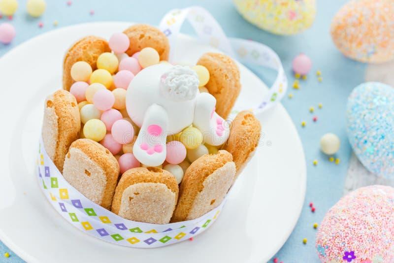 Gelukkige Paashaas en kleurrijke snoepjes voor kinderen op holid stock foto