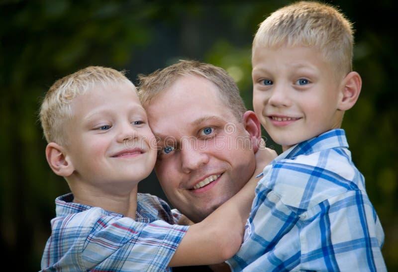 Gelukkige papa met tweelingjongens royalty-vrije stock fotografie