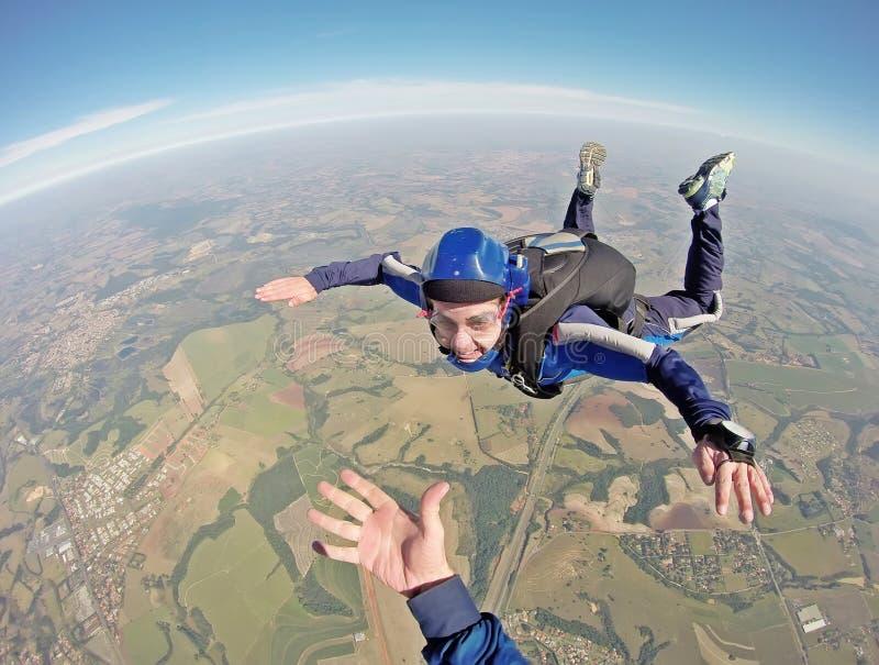 Gelukkige parachutist die in vrije val glimlachen stock afbeeldingen