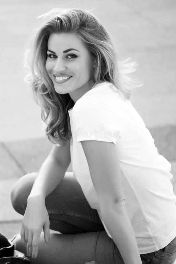 Gelukkige Parijse vrouw met lang krullend haar en modieuze make-up royalty-vrije stock foto