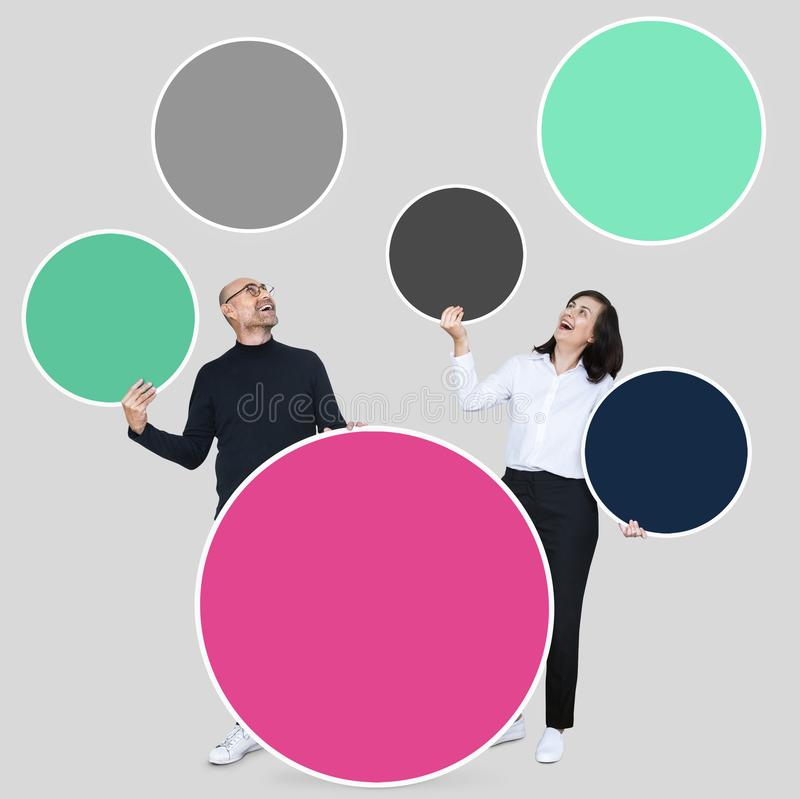 Gelukkige partners die lege cirkels houden vector illustratie