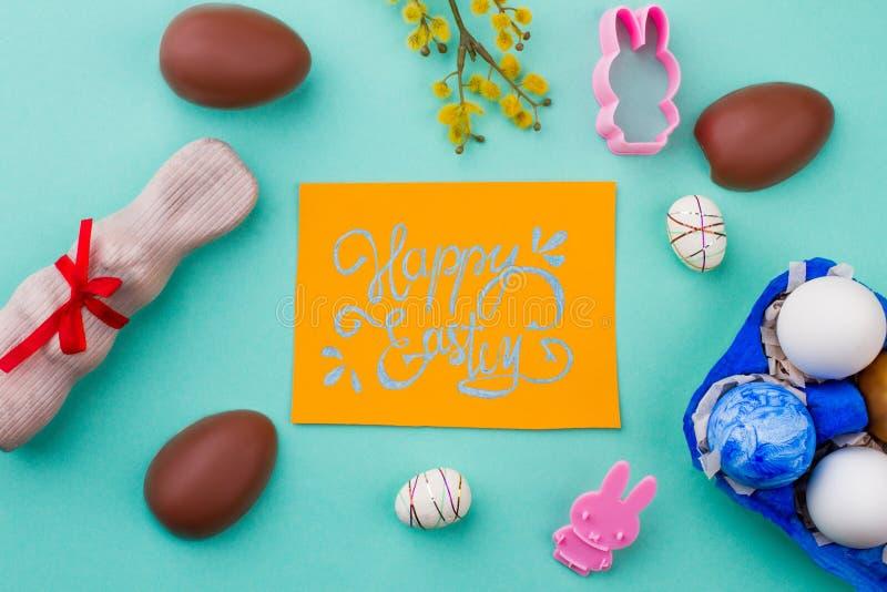 Gelukkige Pasen-achtergrond met de symbolen van de de lentetijd stock foto