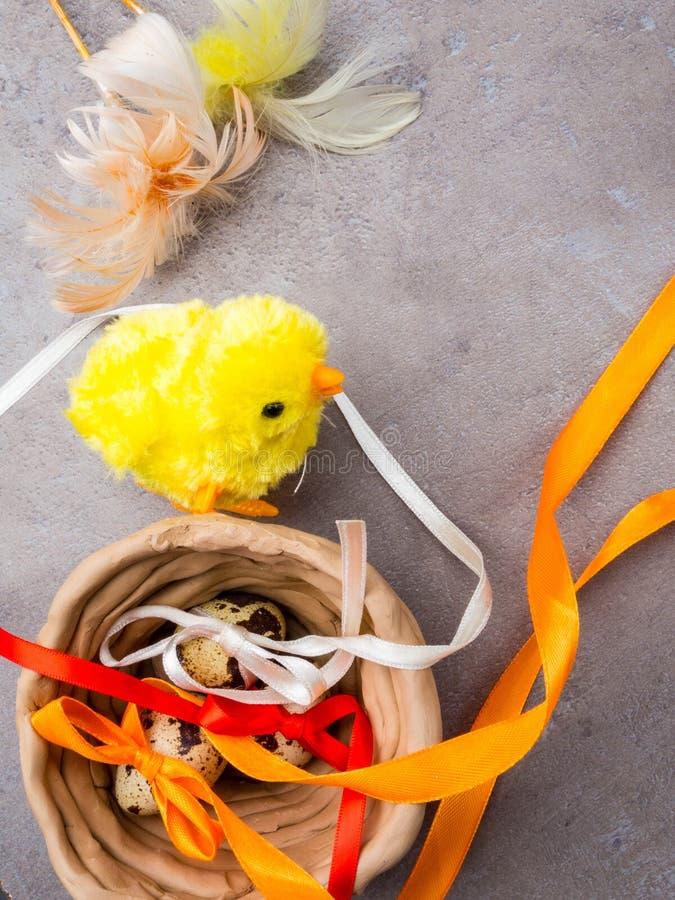 Gelukkige Pasen achtergrond Paaseieren en gele kuiken en kleikom Eieren en kip als Pasen-symbool De groeten van Pasen De lente royalty-vrije stock afbeelding