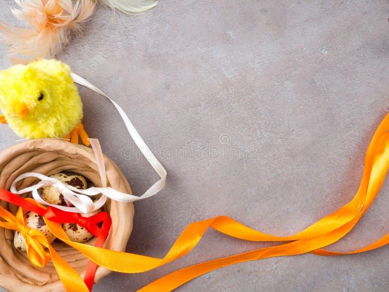 Gelukkige Pasen achtergrond Paaseieren en gele kuiken en kleikom Eieren en kip als Pasen-symbool De groeten van Pasen De lente royalty-vrije stock afbeeldingen