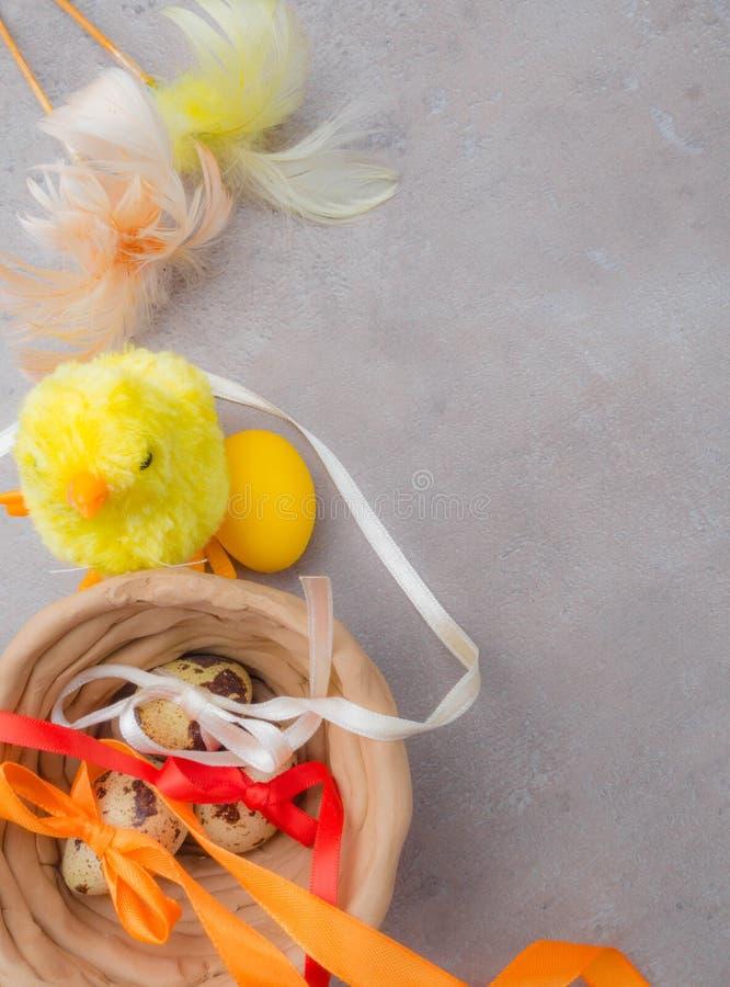 Gelukkige Pasen achtergrond Paaseieren en gele kuiken en kleikom Eieren en kip als Pasen-symbool De groeten van Pasen De lente royalty-vrije stock fotografie