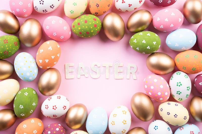 Gelukkige Pasen! Achtergrond van close-up de Kleurrijke paaseieren Gelukkige familie die voor Pasen voorbereidingen treffen royalty-vrije stock foto's