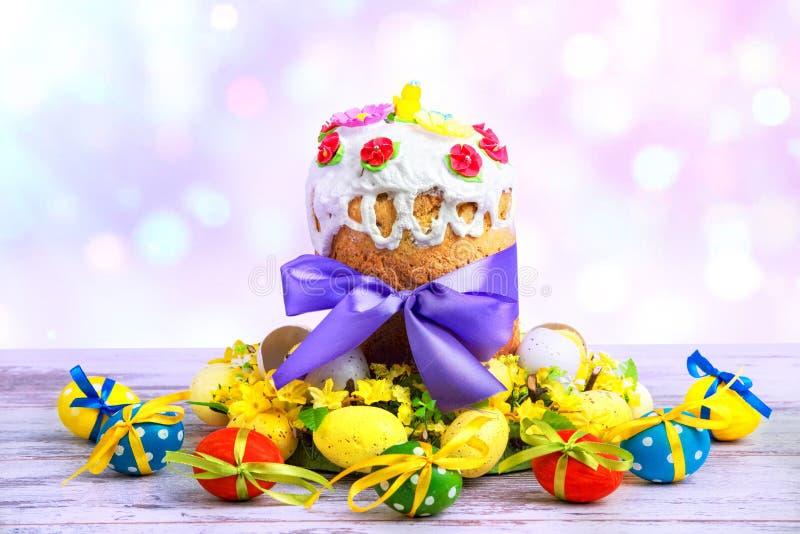 Gelukkige Pasen! Pasen-Cake - Russische en Oekraïense traditionele kulich en kleurrijke eieren op houten achtergrond, Pasen-vakan royalty-vrije stock fotografie