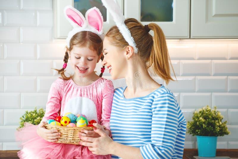 Gelukkige Pasen! familiemoeder en kinddochter die klaar voor vakantie worden stock afbeeldingen