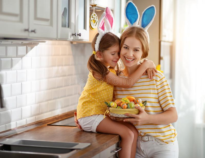 Gelukkige Pasen! familiemoeder en kinddochter met orenhazen die klaar voor vakantie worden royalty-vrije stock afbeeldingen