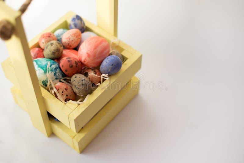 Gelukkige Pasen Felicitatiepasen-achtergrond Gouden ei over groene gradiëntachtergrond stock fotografie