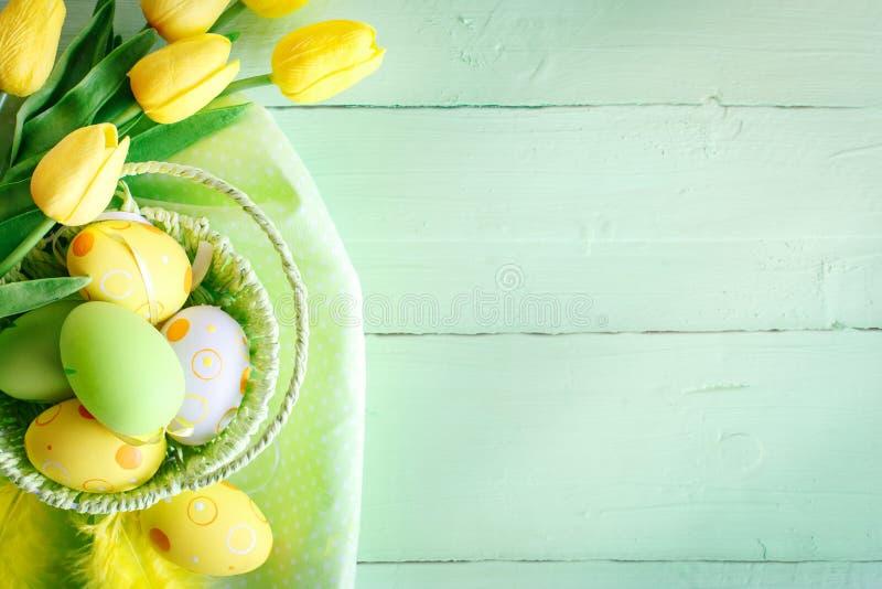 Gelukkige Pasen Felicitatiepasen-achtergrond Paaseieren en Bloemen royalty-vrije stock afbeeldingen