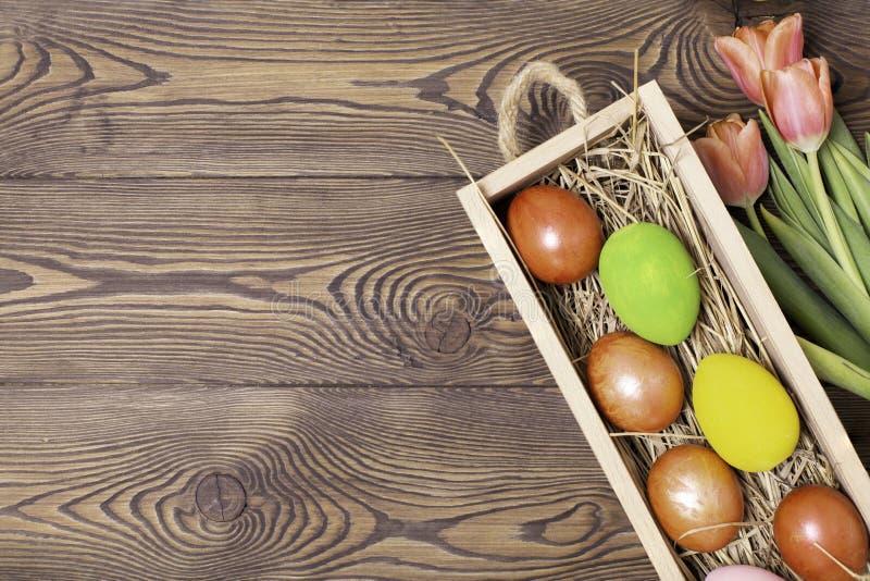 Gelukkige Pasen Felicitatiepasen-achtergrond Paaseieren en Bloemen stock afbeeldingen