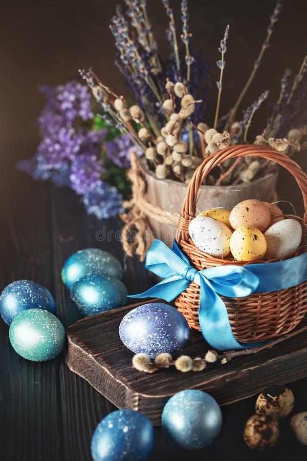 Gelukkige Pasen Felicitatiepasen-achtergrond Paaseieren en Bloemen Selectieve nadruk stock afbeeldingen