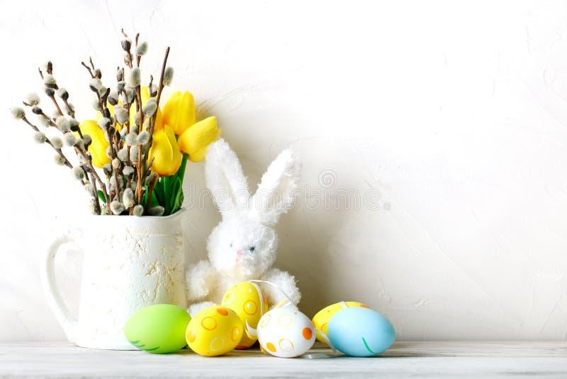 Gelukkige Pasen Felicitatiepasen-achtergrond Paaseieren en konijn stock afbeelding