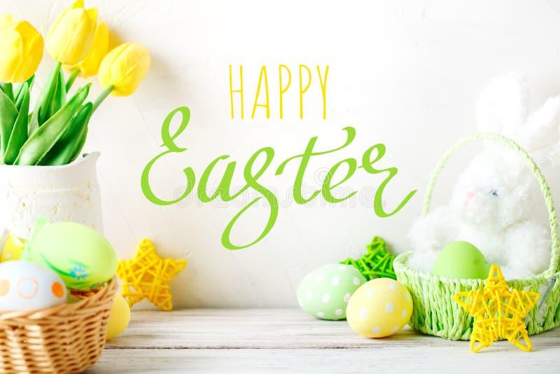 Gelukkige Pasen Felicitatiepasen-achtergrond Paaseieren en konijn stock foto's