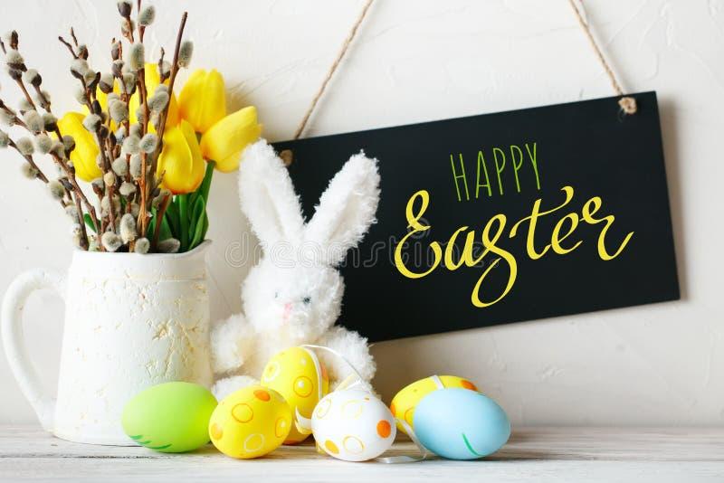 Gelukkige Pasen Felicitatiepasen-achtergrond Paaseieren en konijn royalty-vrije stock afbeeldingen