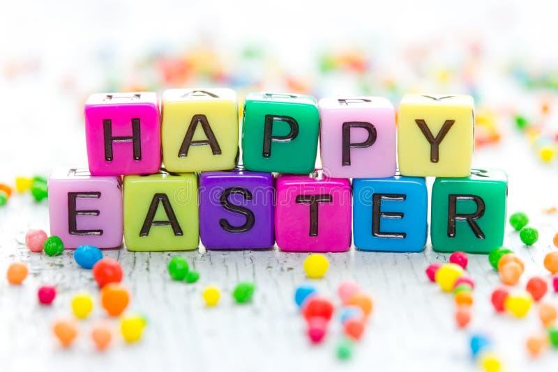 Gelukkige Pasen-groet van heldere kleurrijke kubussen stock afbeelding