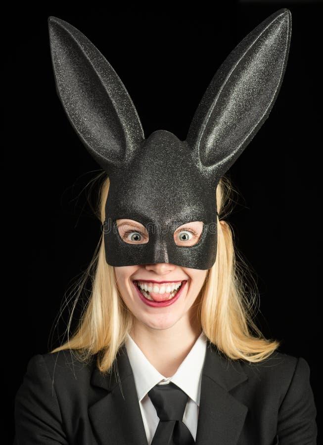 Gelukkige Pasen Het concept van konijntjesoren Sexy vrouw die een zwarte Paashaas dragen Mooie jonge vrouw met konijntjesoren en royalty-vrije stock fotografie