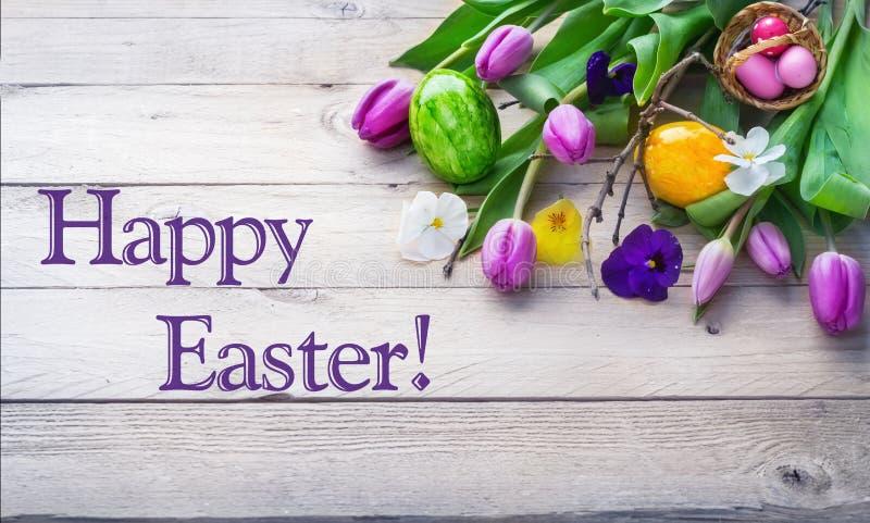 Gelukkige Pasen, kleurrijke bloemen op houten raad stock afbeelding