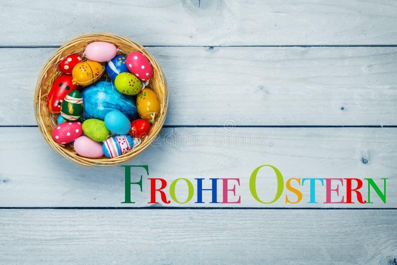 Gelukkige Pasen, kleurrijke eieren in Pasen-mand stock fotografie