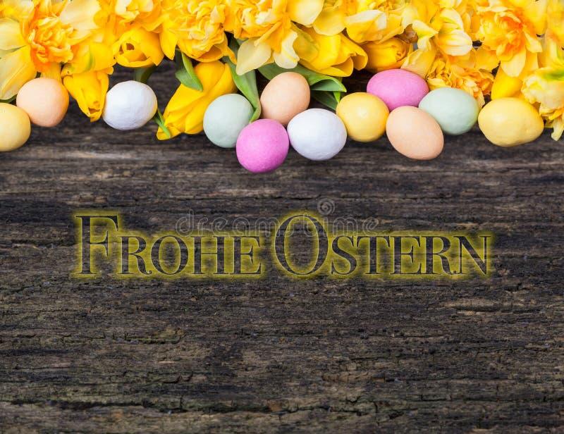 Gelukkige Pasen, kleurrijke eieren, tulpen en gele narcissen royalty-vrije stock afbeeldingen