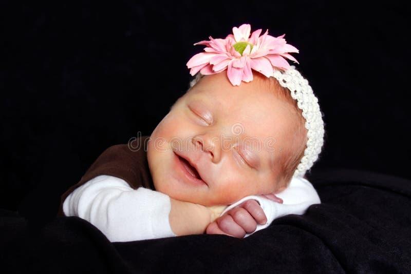 Gelukkige pasgeboren slaap royalty-vrije stock afbeeldingen