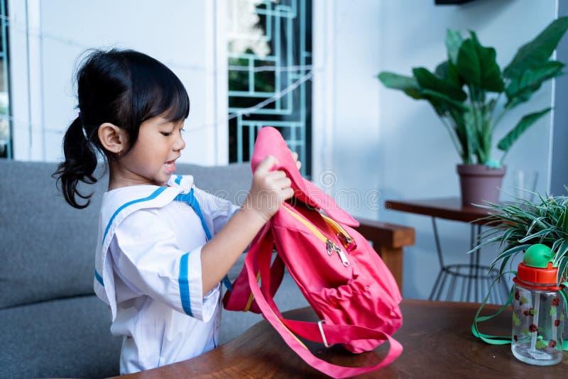 Gelukkige peuter met eenvormige school voorbereidend haar zelf voor school royalty-vrije stock foto