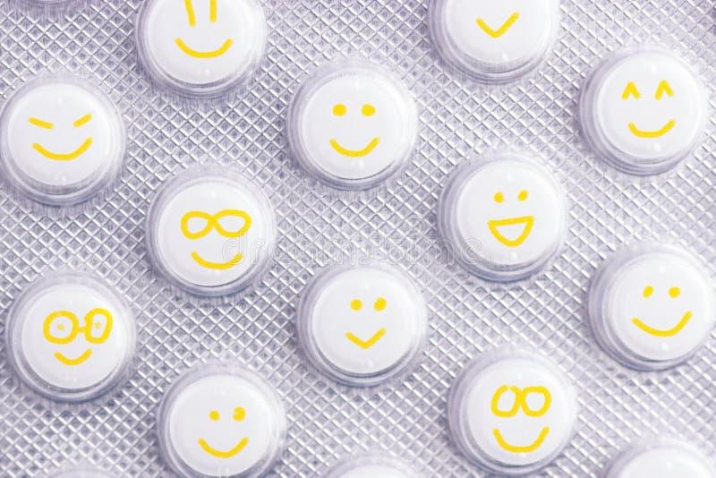Gelukkige pillen met gele gezichten stock afbeeldingen