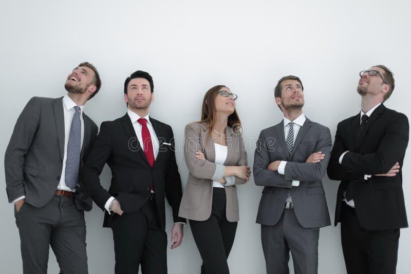 Gelukkige positieve commerciële groep die omhoog met het dromen van uitdrukking kijken royalty-vrije stock foto's