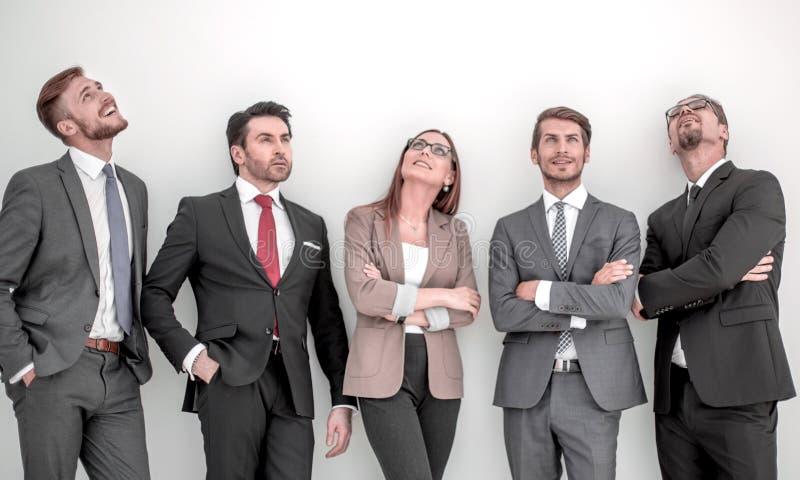 Gelukkige positieve commerciële groep die omhoog met het dromen van uitdrukking kijken stock fotografie