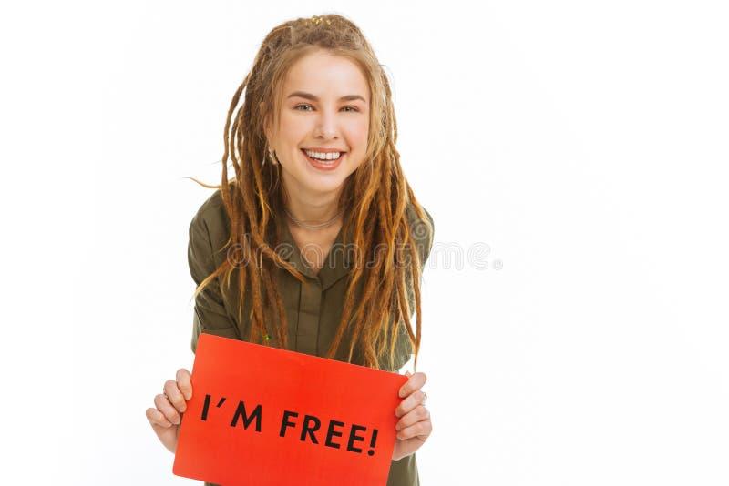 Gelukkige positieve jonge vrouw die absolute vrijheid voelen stock afbeelding