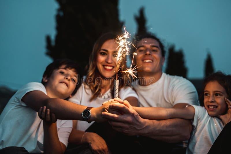 Gelukkige pret hebben en familie die in openlucht glimlachen stock foto