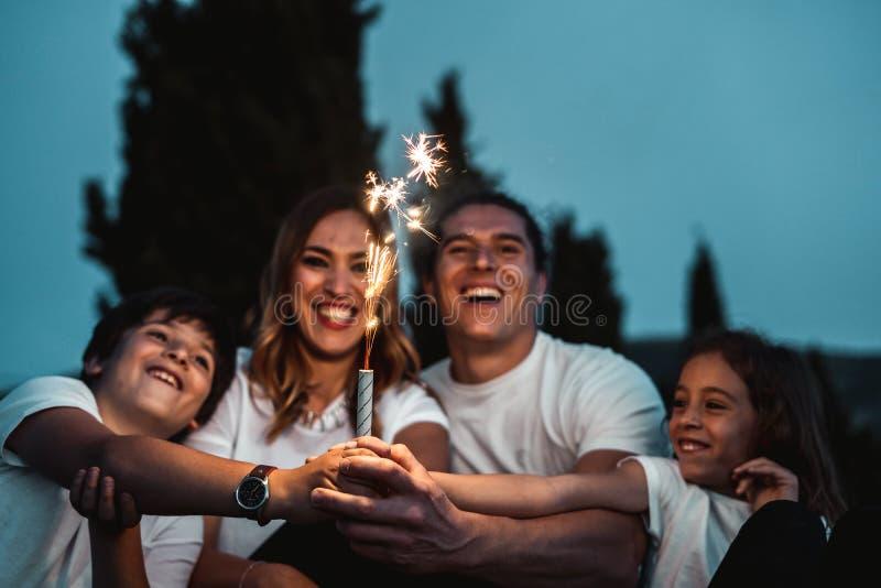 Gelukkige pret hebben en familie die in openlucht glimlachen royalty-vrije stock foto's