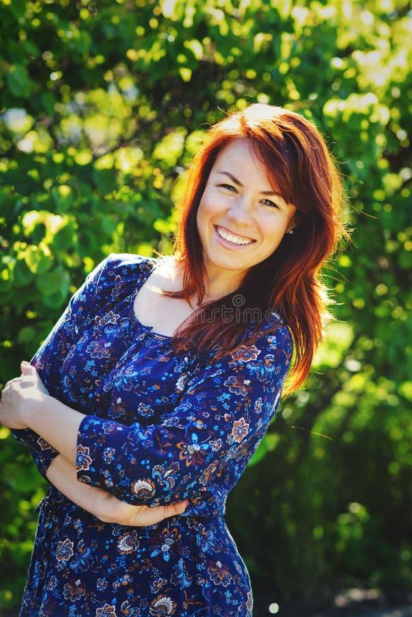 Gelukkige redhead vrouw stock foto